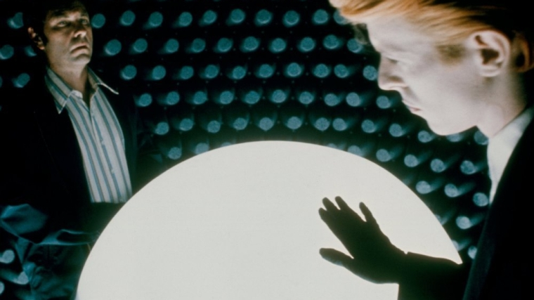man-who-fell-to-earth-the-1976-002-david-bowie-white-sphere-room-00n-100-4x3